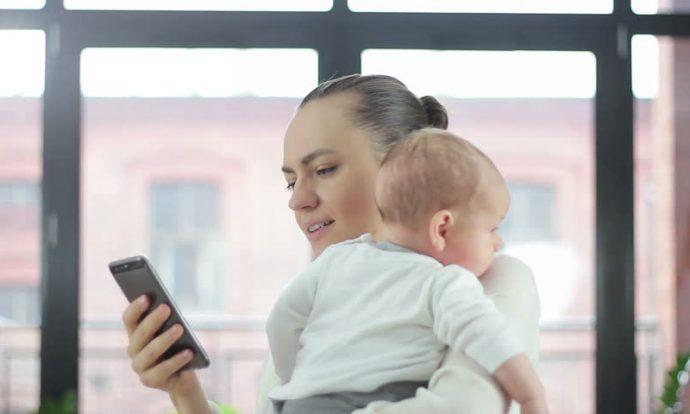 Защо да дадем на бебето телефон?